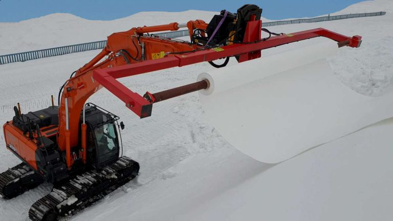 Bagger rot mit Wickelmaschine Snowfarming
